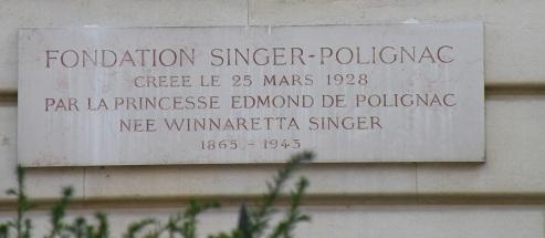 Plaque devant l'hôtel particulier au 43 avenue Georges Mandel