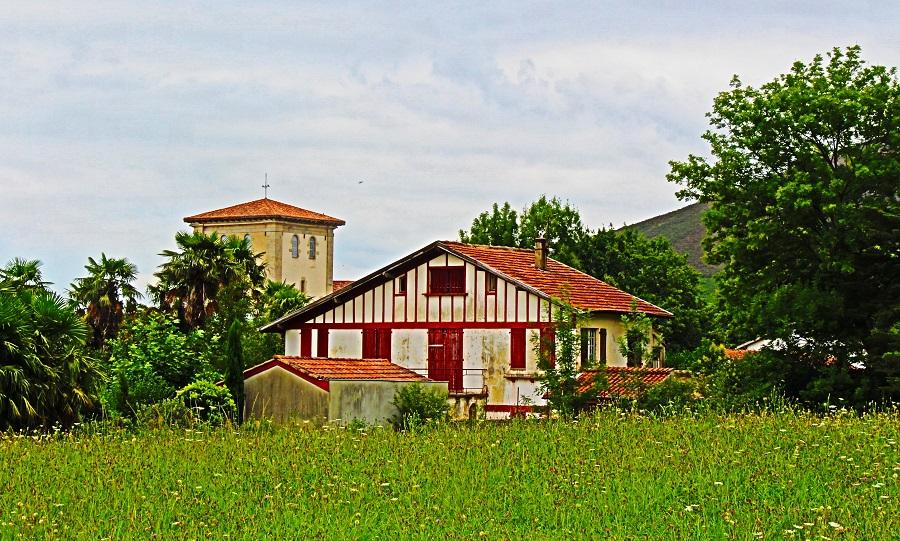 maison labourdine et clocher de l'église Notre Dame de l'Assomption