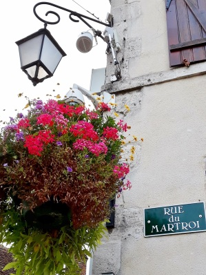 lampadaire fleuri rue de martroi à Ferriéres