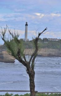 le phare de Biarritz depuis la place Bellevue